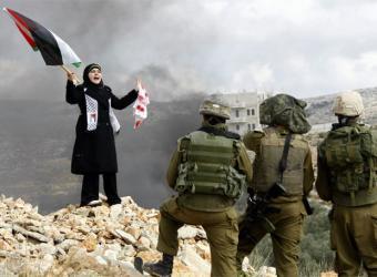 20090115151717-joven-palestina-manifiesta-frente-soldados-israelies.jpg