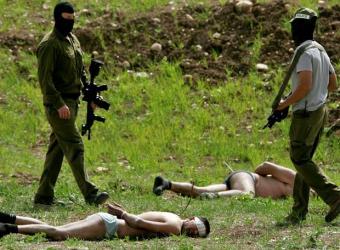 20090628061332-palestinos-semidesnudos-esposados-cerca-latrun-vigilados-militares-israelies.jpg