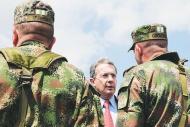 20110218033213-uribe-dos-militares-de-espaldas.jpg
