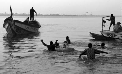 20120129135828-c-javier-bauluz.-varios-porteadores-se-acercan-a-los-barcos-que-llegan-con-pescado.-san-luis-senegal-600x368.png
